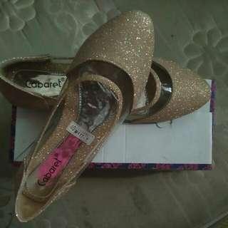 Sepatu Warna Gold