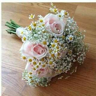 Lovely tanachetum with roses and baby breath Bouquet - Piqic
