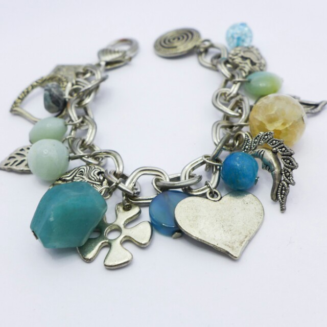 Charm bracelet with blue precious stones and glass beads