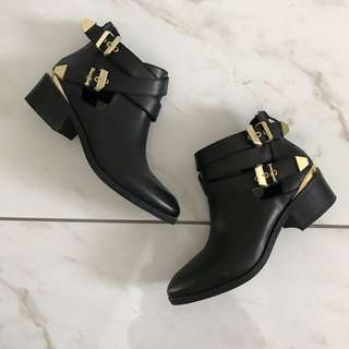 kate & mel - sz 6 black ankle boots with gold detail
