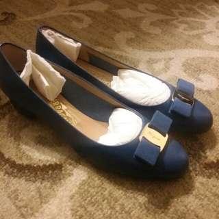 BNIB Ferragamo vara low-heel pump blue