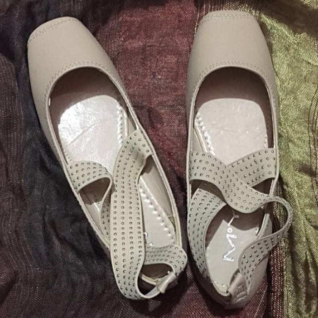 Ballet shoes with studs