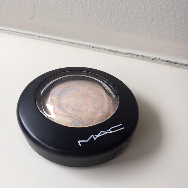 MAC Lightscapade Highlighter