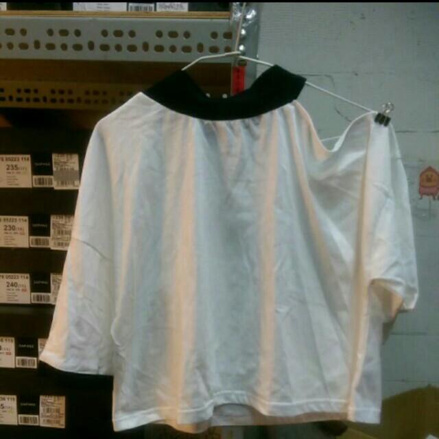 Queen shop露單肩造型上衣