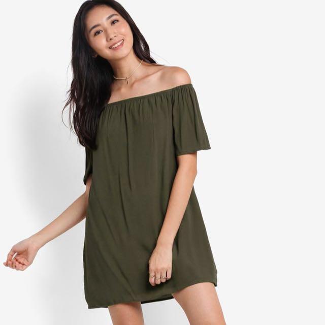 91e07c195824 SOMETHING BORROWED Off Shoulder Shift Dress in Army Dress