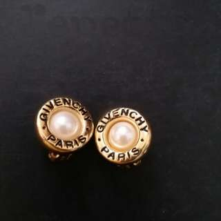 Givenchy vingage pearl clipon earring