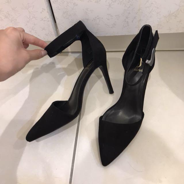 達芙妮 高圓圓聯名款 黑色尖頭綁帶高跟鞋 24