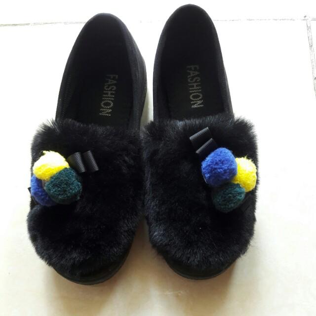 Sepatu bulu kekinian