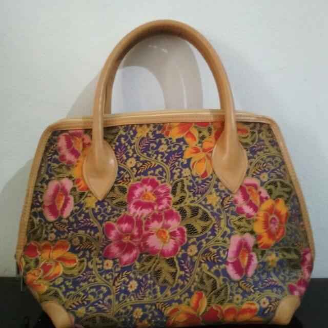 Tas tradisional motif bunga