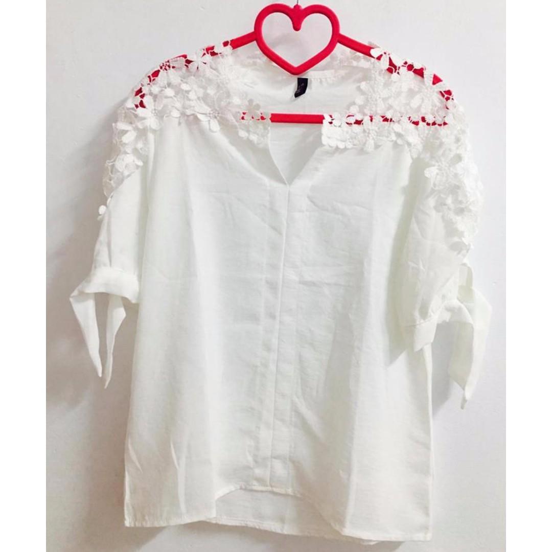 (全新)氣質甜美性感肩膀透視印花花摟空V領短袖五分袖白色雪紡上衣雪紡衣