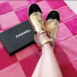 降價💕🙈「sogo復興關購入」Chanel 金皮革壓黑絨布logo平底休閒鞋
