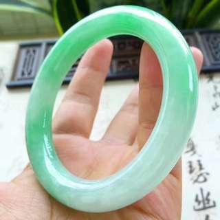 1008 細膩滿綠圓條55.6圈手鐲2165,水頭好,顏色滿綠,無裂,條形圓滑,玉質細膩,上手效果優雅迷人,尺寸55.6*11.6*11mm,重67.42g,結緣價💰27000