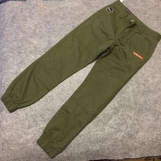 全新L號 軍綠修身縮腳褲