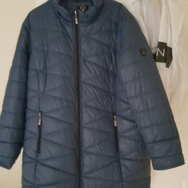 Dark blue puffer jacket.
