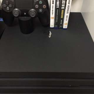 PS4 Pro 主機 + 2手制 + 手制充電器 + 4隻Game(送joystick街機制一個)