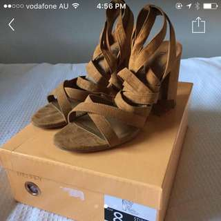 THERAPY TAN HEELS SIZE 7/8