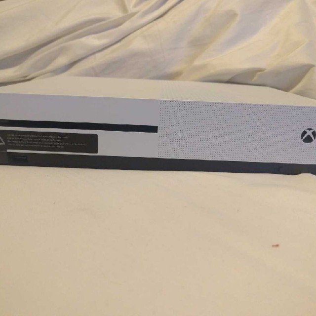 MINT CONDITION 500GB Xbox One S with 1 controller and 7 games!