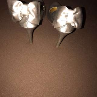 High heel bow