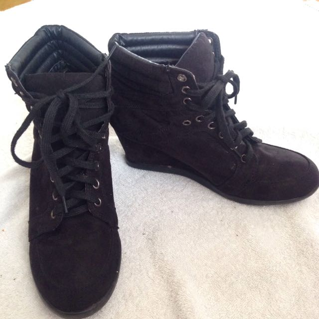 BLACK LACED WEDGE