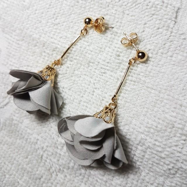 Floral earrings (Gray)