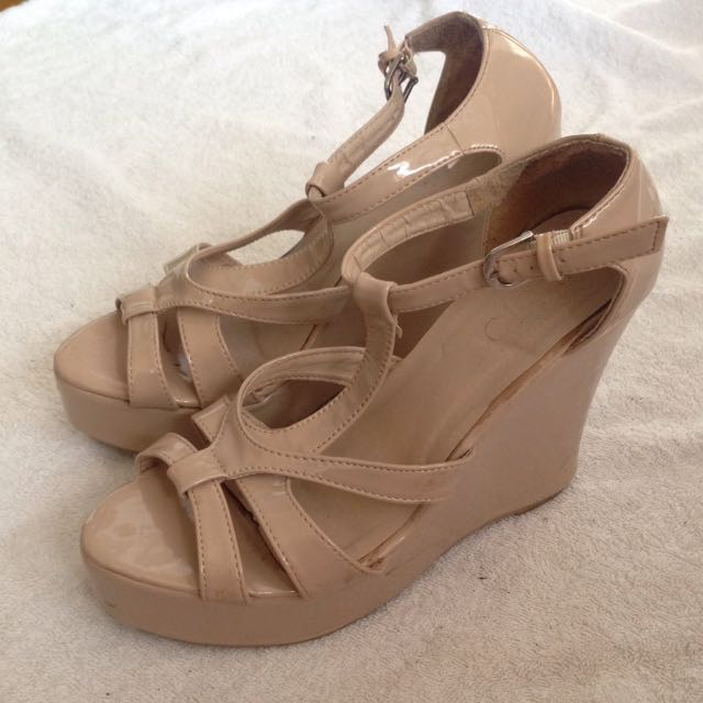NUDE GLOSSY PUMPS