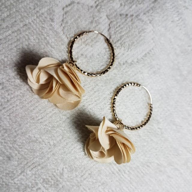 Ringed floral earrings