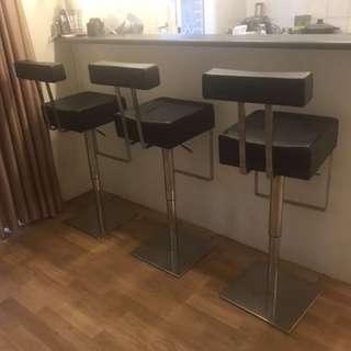 3 stools bar