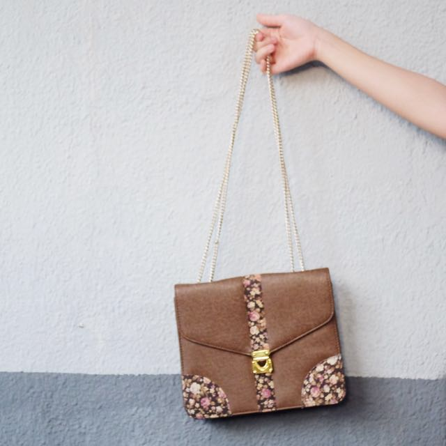 Double chain envelope sling bag