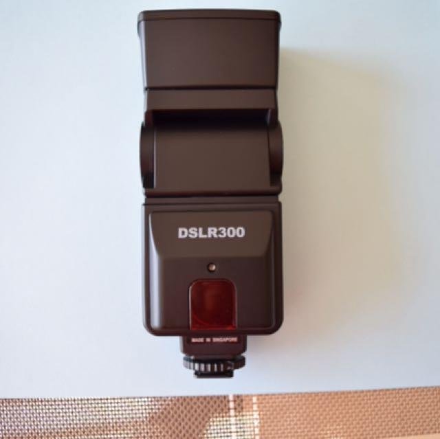 DSLR300 Universal High Power Auto Flash, excellent condition