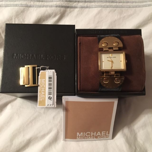 MICHAEL KORS Black leather and gold watch
