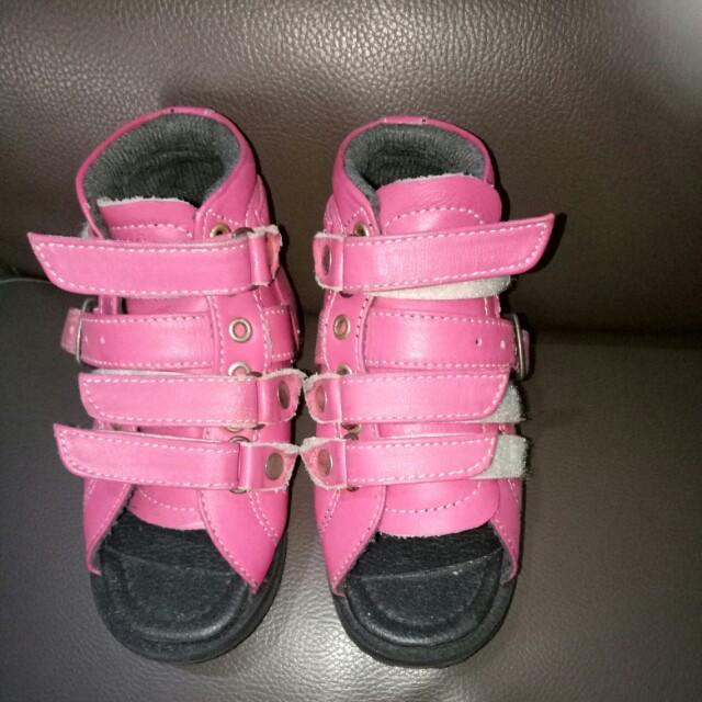 Sepatu orthopedi anak
