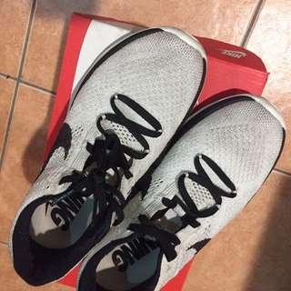 Nike flyknit 慢跑鞋
