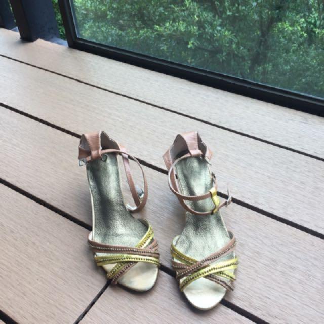 低跟金色涼鞋