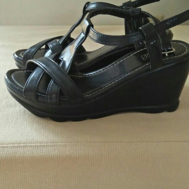 Lilly sandal size 5..po..
