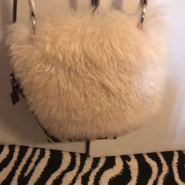 Selling a UGG side purse like new