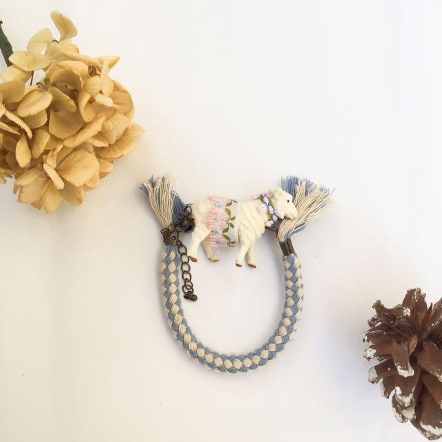 手作限定zoo系列綿羊流蘇刺繡小花手鍊吊飾