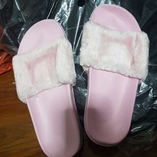 🚚 Inspired Rihanna Fluffy pink slippers