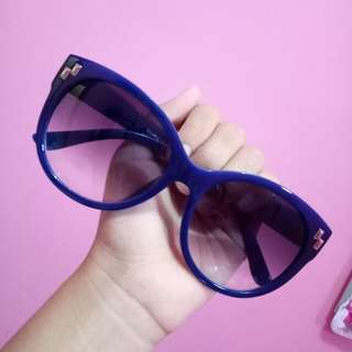 Kacamata hitam by Illustro Eyewear