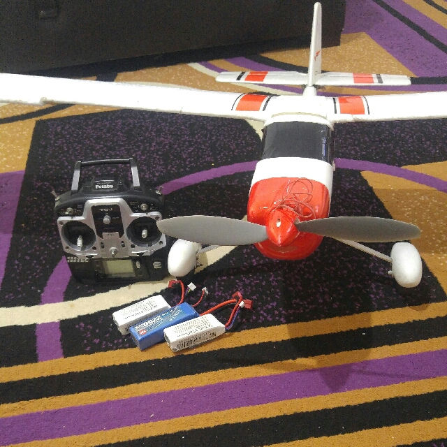1400mm trainer rc plane  RTF  FUTABA T6J MODE 2 3X LIPOS AND CHARGER