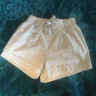Highwaisted material shorts