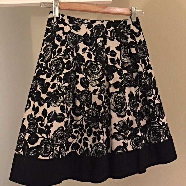Review size 6 cream & black skirt