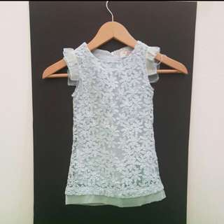 Blue Flower Dress. Sedikit cacat pd lengan kiri. Perlu perbaikan. Suitable for 2-3y