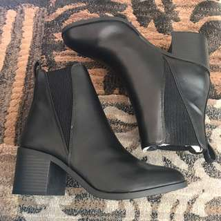 SIZE 7 LEATHER BOOT