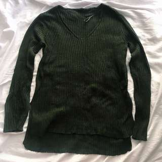 Moss green fitted knitted sweater.