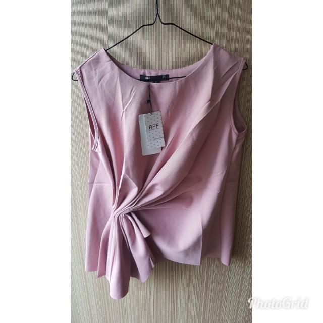 Sleeveless peach blouse kerut