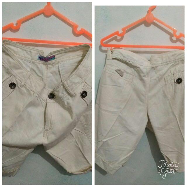 Celana putih selutut