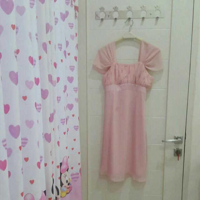 Gaun pesta pink