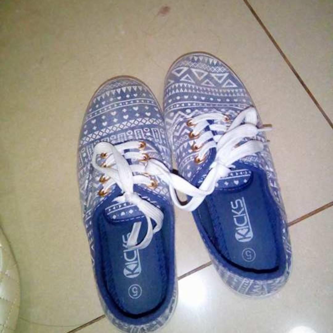 kicks Size 35