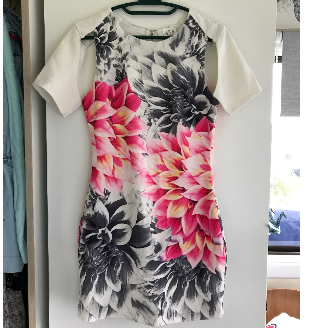 Flowery tube dress with groovy sleeves