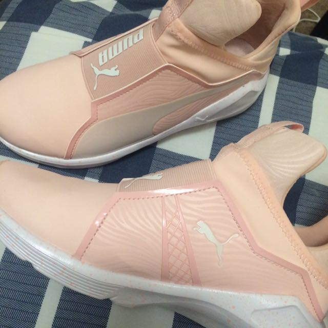 NEW PINK PUMAS SIZE 6 REPRICED